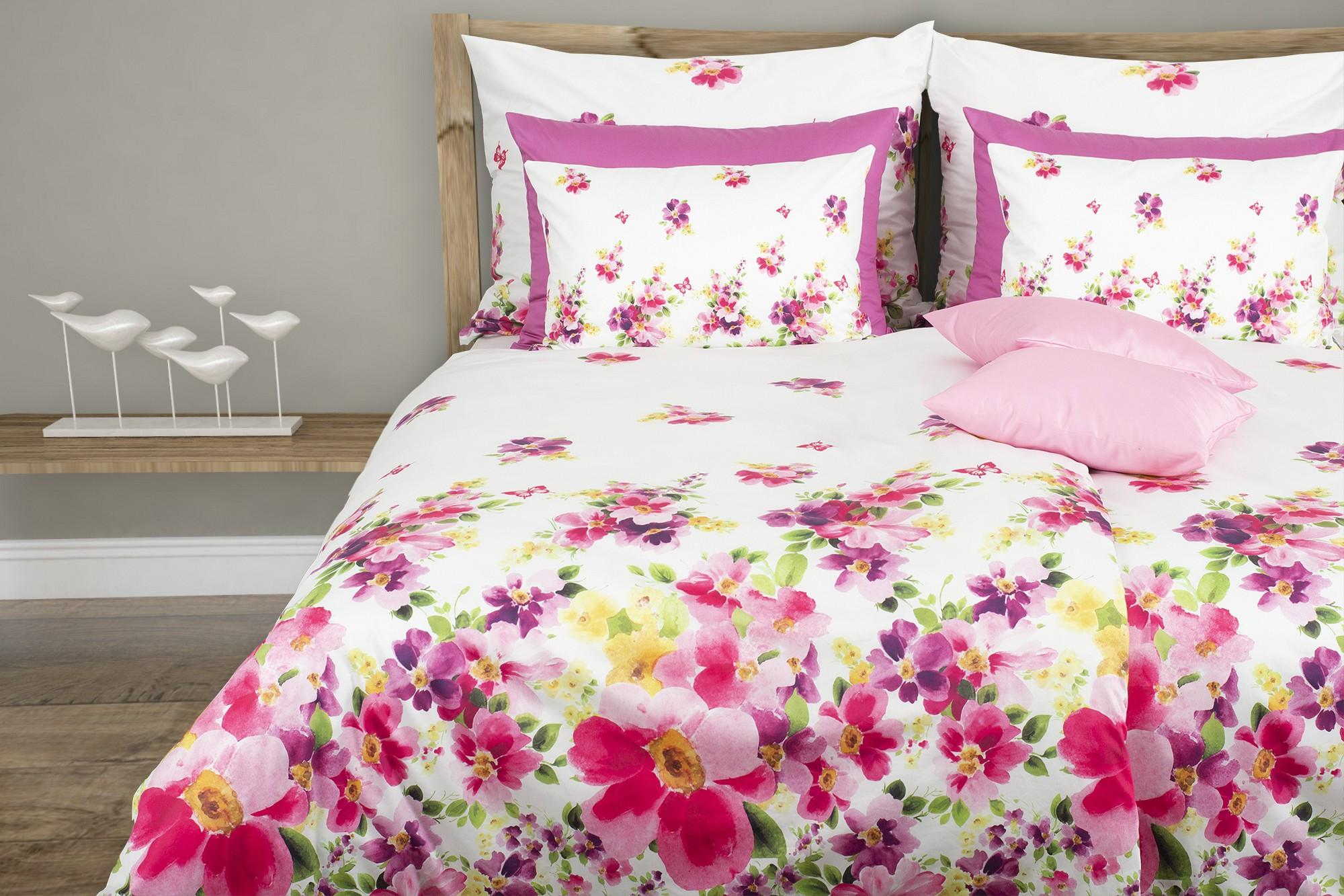 hochwertige satin bettw sche mit rosa bl tenteppich glamonde. Black Bedroom Furniture Sets. Home Design Ideas